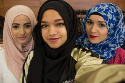 HijabHills, SaimaSmilesLike, and Nabiilabee take selfie!